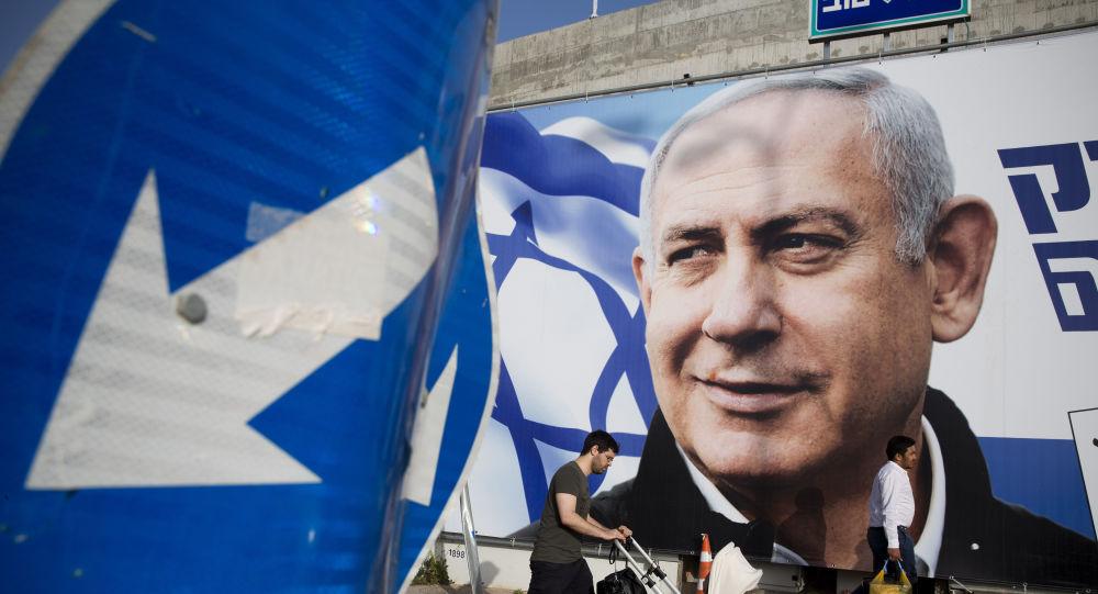 Póster preelectoral del partido Likud y su líder Benjamín Netanyahu, antes de las elecciones parlamentarias de Israel del 9 de abril de 2019