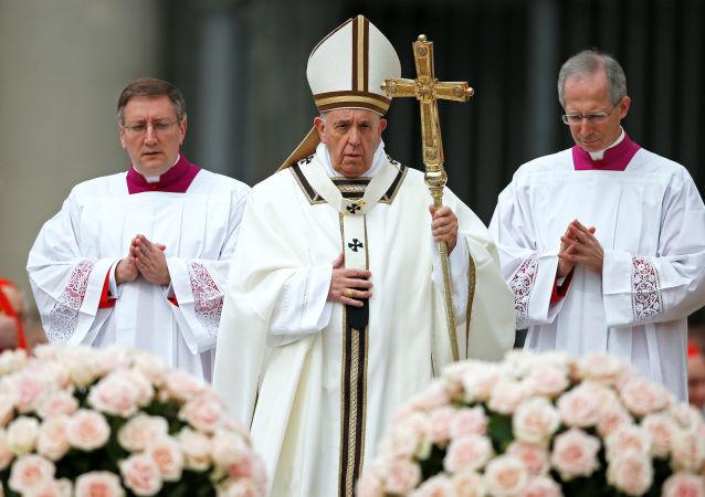 El papa Francisco (centro)