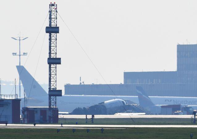 Sukhoi Superjet 100 incendiado en un aeropuerto de Moscú (archivo)
