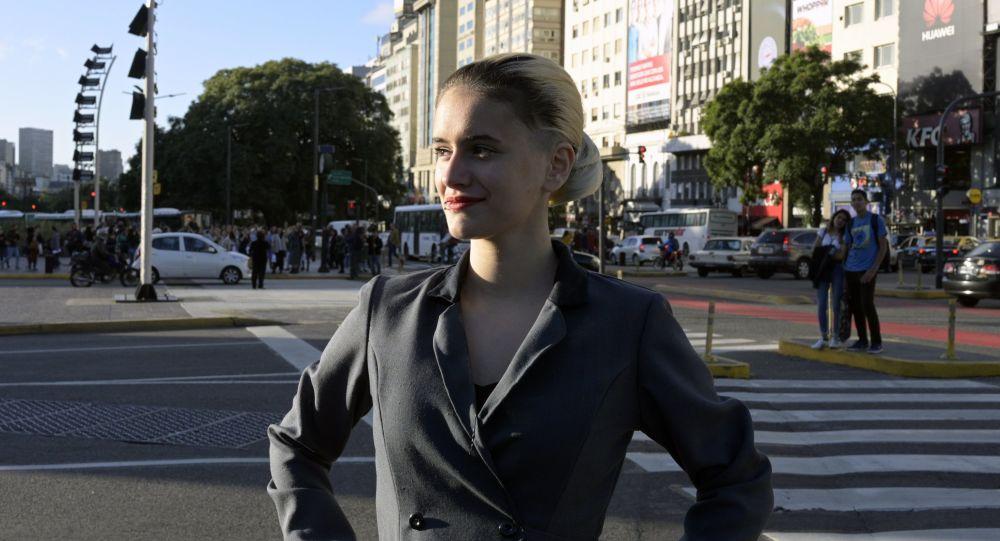Una mujer disfrazada de Eva Perón, a 100 años del nacimiento de esta figura icónica de la historia argentina