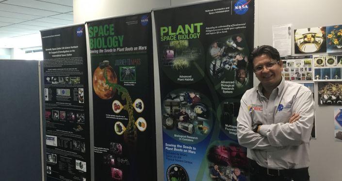 Ernesto Olvera en la NASA, donde fue a presentar su investigación