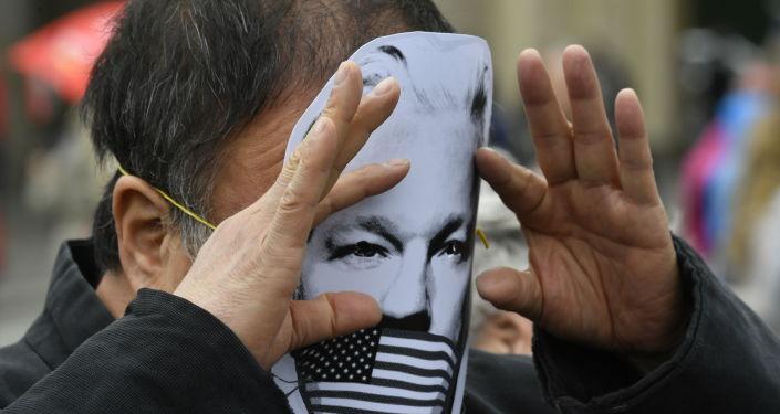 Activista con una máscara con el rostro de Julian Assange