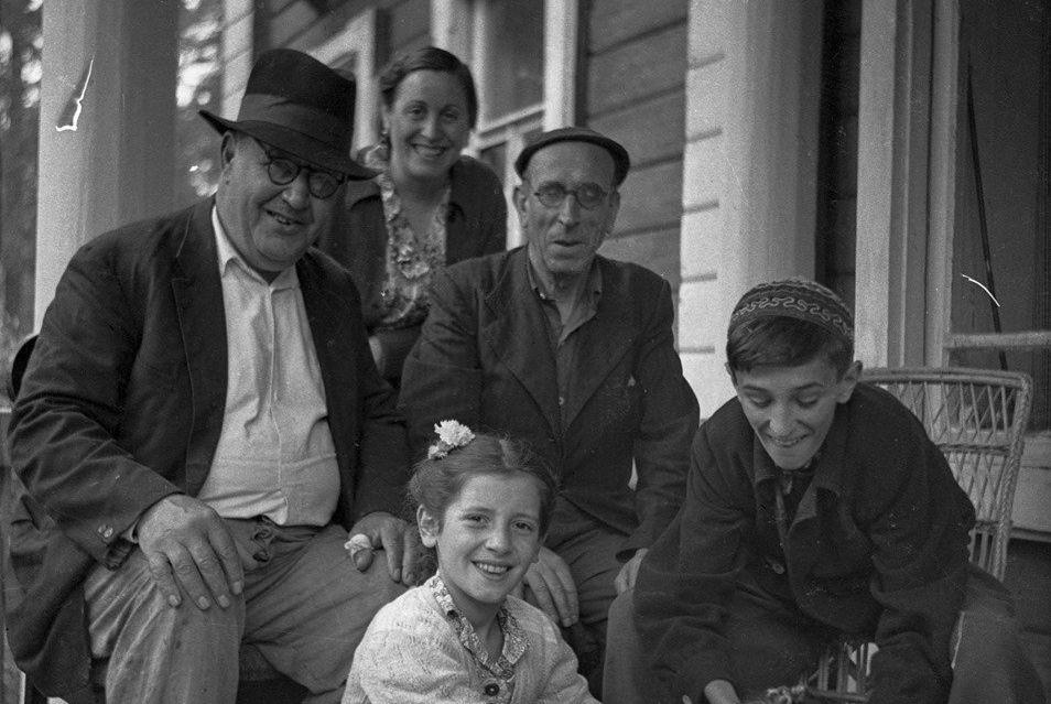 La familia Sánchez y la familia Konchalovski. Escultor español, Alberto Sánchez está en el centro