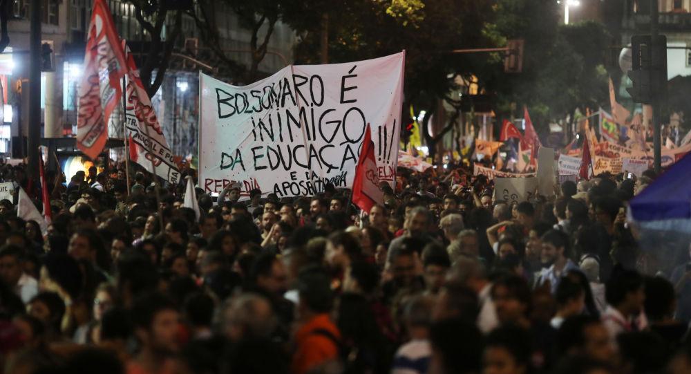 Protesta en Río de Janeiro contra recortes de Bolsonaro a la educación