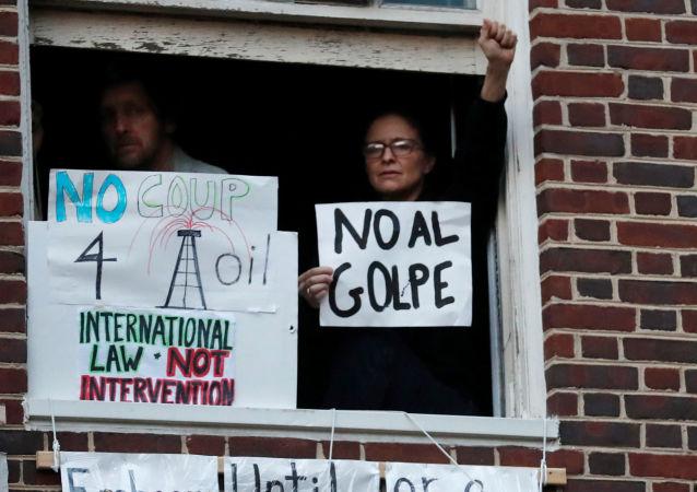 Manifestantes en la embajada de Venezuela en Washington, EEUU