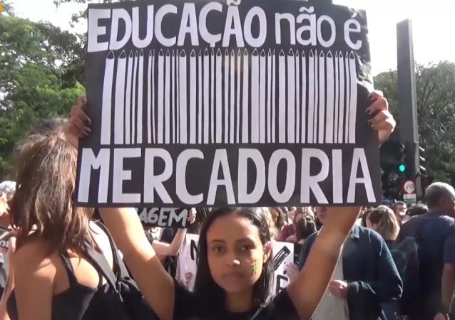 Miles de estudiantes universitarios y profesores salieron a las calles de Sao Paulo para protestar contra los recortes en universidades federales planeados por el Gobierno del presidente Jair Bolsonaro.