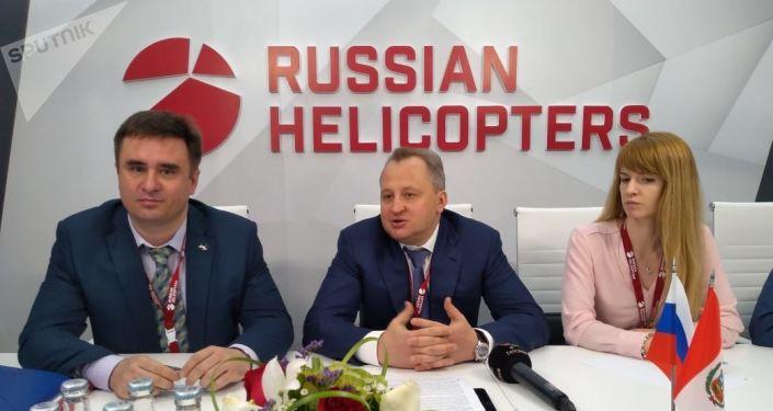 El director general adjunto de Helicópteros de Rusia, Ígor Chéchikov (centro)