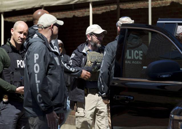 Agentes federales de EEUU tras irrumpir en la embajada venezolana