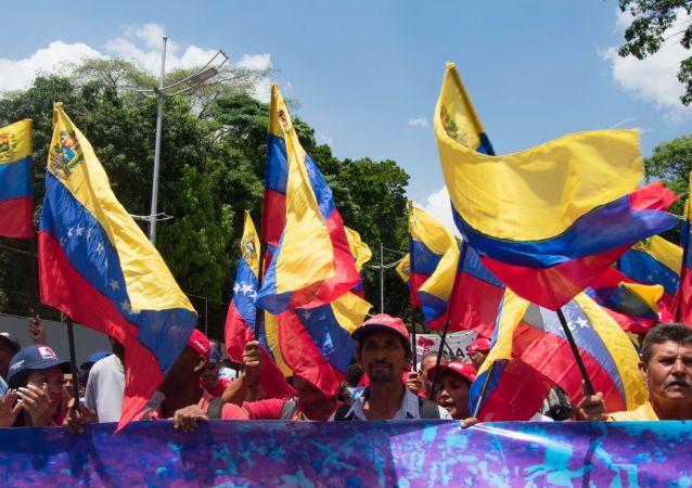Personas con banderas de Venezuela