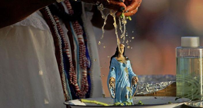 Esfigie de Iemanjá durante un culto de la religión candomblé en Salvador de Bahía, Brasil