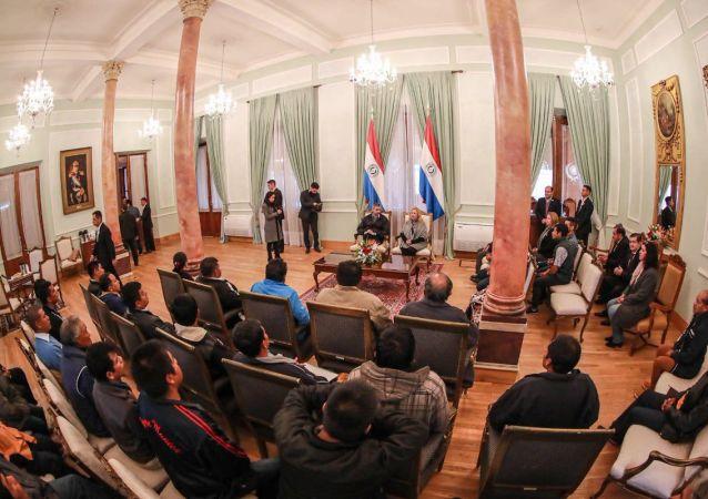 El presidente de Paraguay, Mario Abdo Benítez, recibe a un grupo de indígenas en la sede de Gobierno