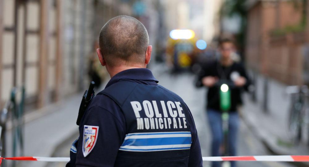Un policía frances en el lugar de la explosión en Lyon