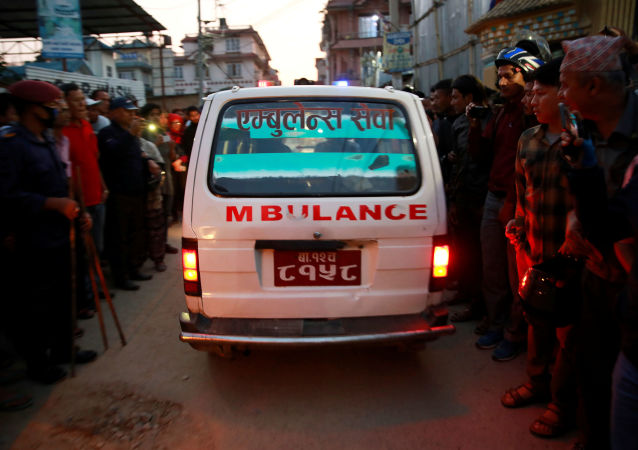 Una ambulancia en el lugar de la explosión en Katmandú, Nepal