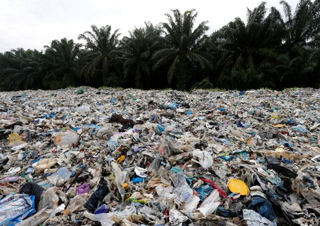 Plástico en una playa en Malasia