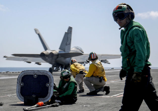 Los pilotos en el portaviones USS Abraham Lincoln de la Armada de EEUU en el mar Arábigo