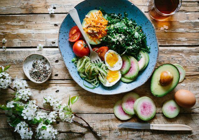 Un plato de comida saludable