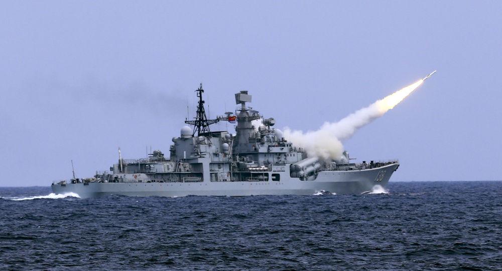 Un destructor chino lanza un misil