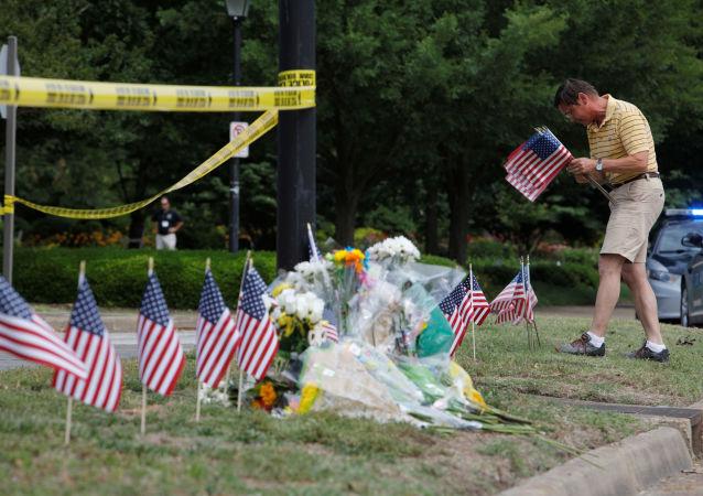 Flores en el lugar del tiroteo en Virginia Beach, EEUU