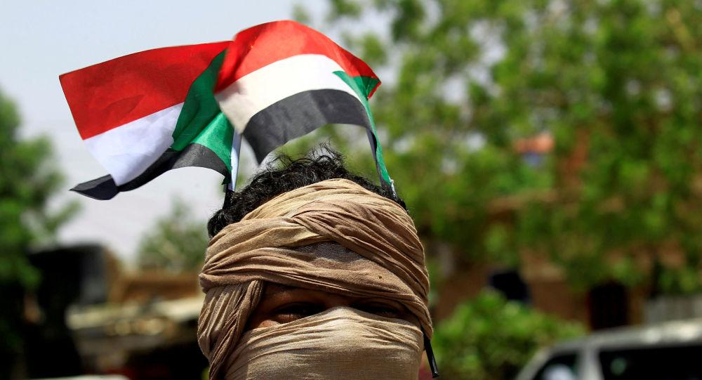 Un manifestantes con la bandera de Sudán (archivo)