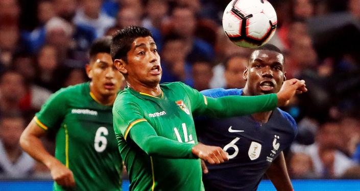 El futbolista boliviano Raúl Castro disputa un balón con el francés Paul Pogba