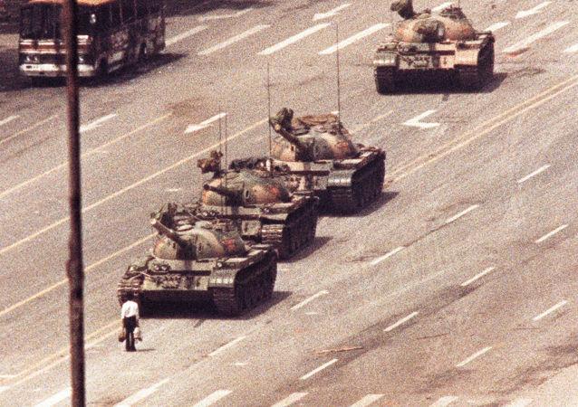 Un hombre frente a varios tanques en Pekín en 1989