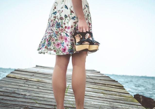 Una mujer en falda (imagen referencial)