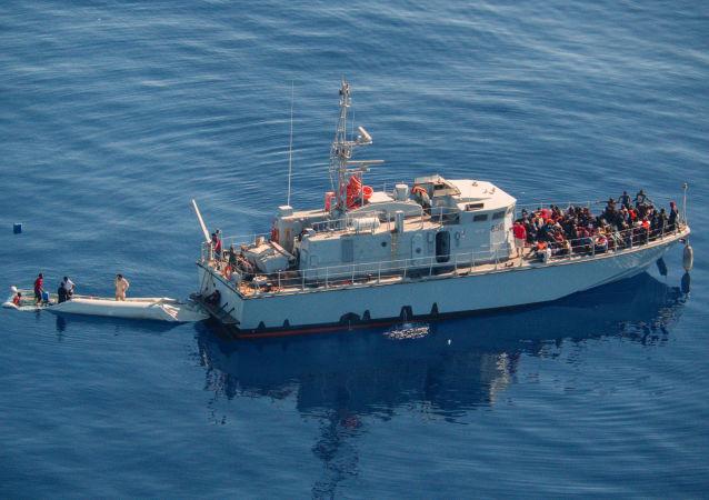 Un barco con migrantes en el Mediterraneo