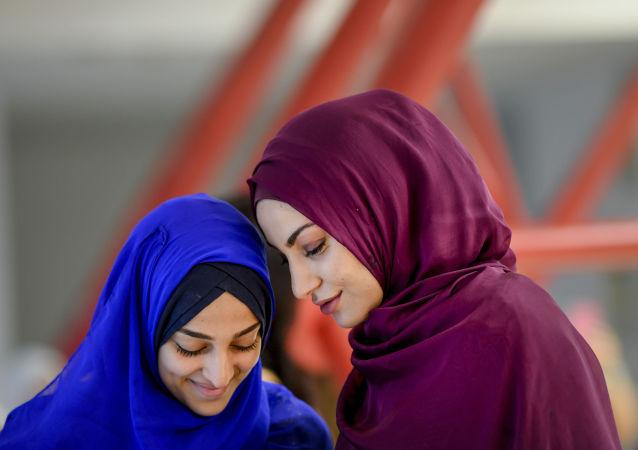 Las mujeres esperan el inicio de la plegaria celebrada en el marco del Eid al Fitr en Bucarest (Rumanía).