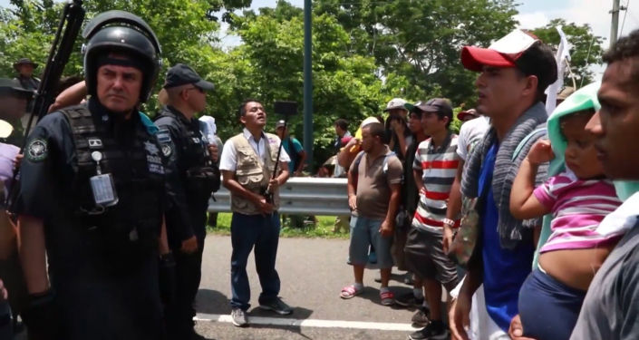 México frena caravana de migrantes centroamericanos en medio de la presión de EEUU