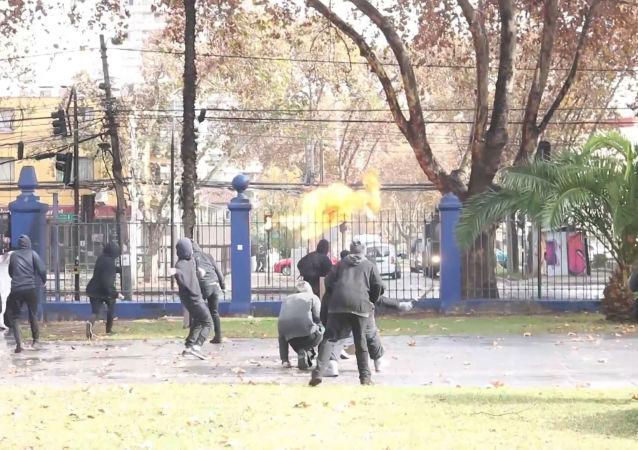 Estudiantes se enfrentan con la policía en Chile