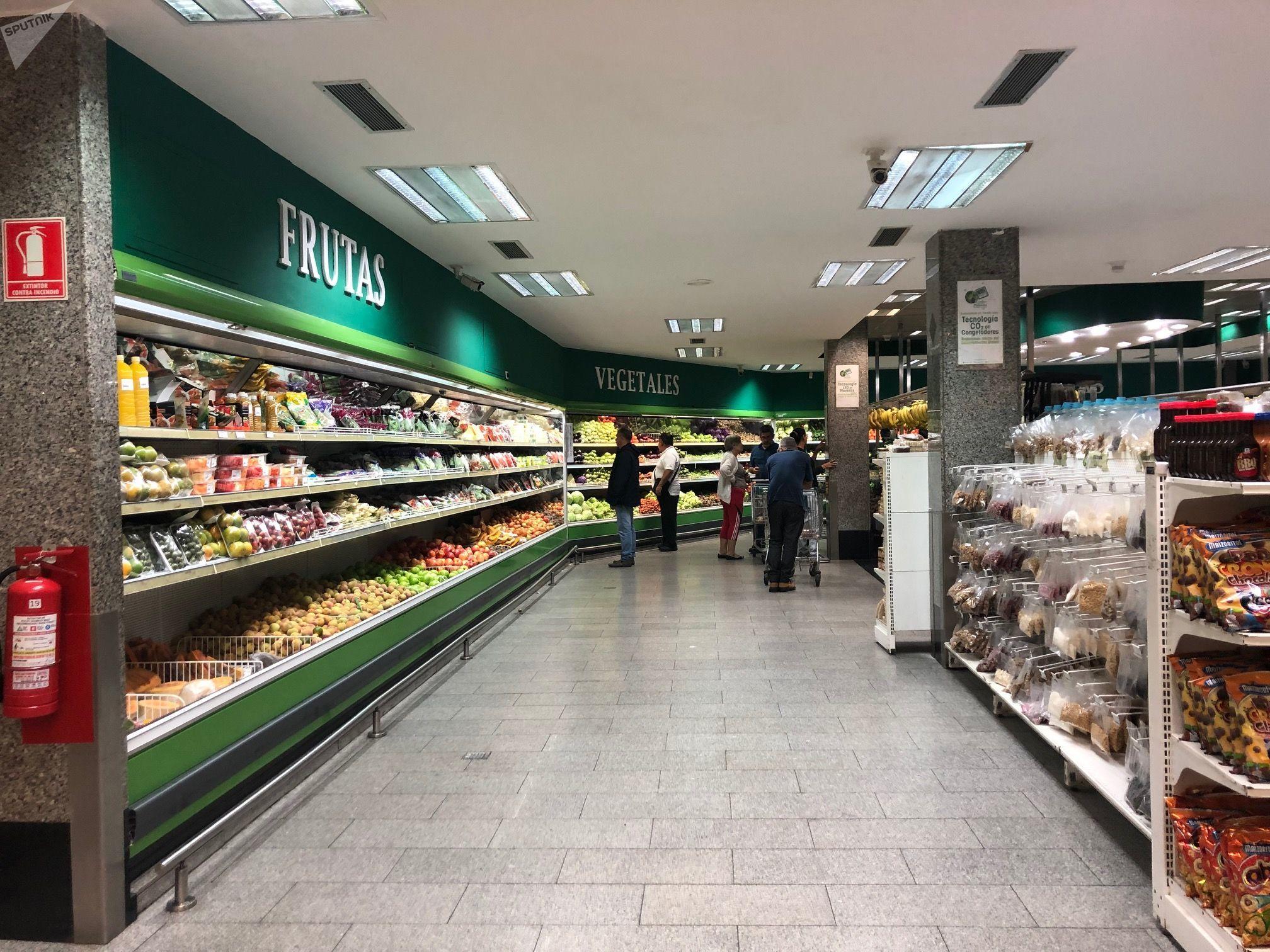 Un supermercado en Venezuela, país que obtiene el 98% de sus divisas de la exportación de petróleo, y de ellas depende para importar casi todo lo que consume