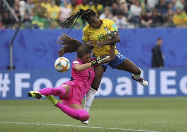 La portera jamaiquina Sydney Schneider y la brasileña delantera Ludmila se enfrentan durante el Mundial 2019