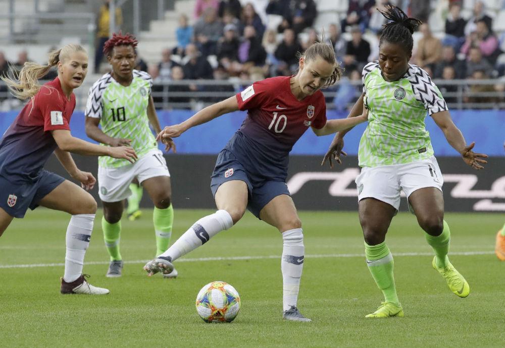 La noruega Caroline Graham Hansen se enfrenta a la nigeriana Faith Michael en el Mundial 2019