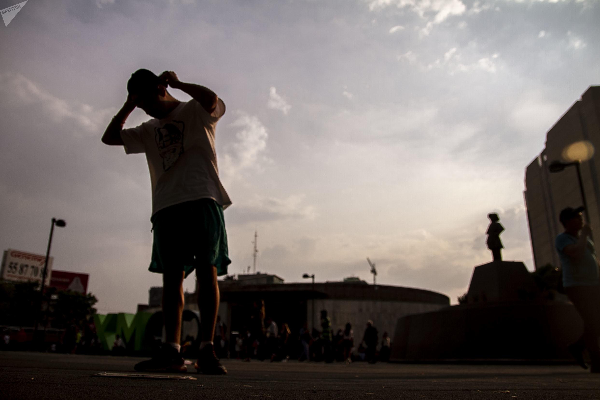 Ciudad de México: Deckor, host de rap, en la Glorieta de los Insurgentes