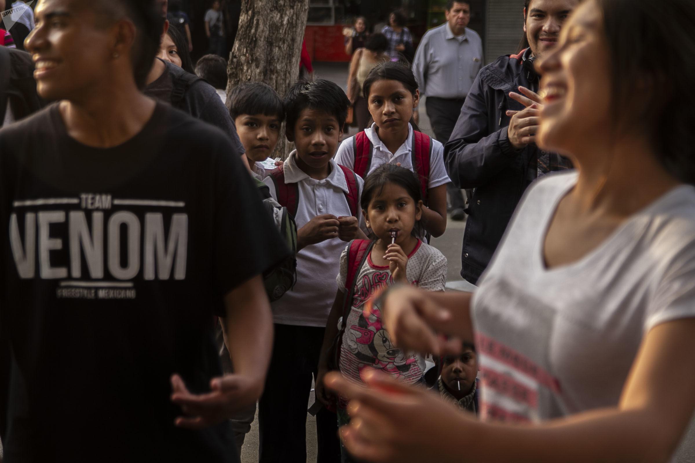 Ciudad de México: Niños observan a Li, durante la batalla de rap en la Glorieta de los Insurgentes