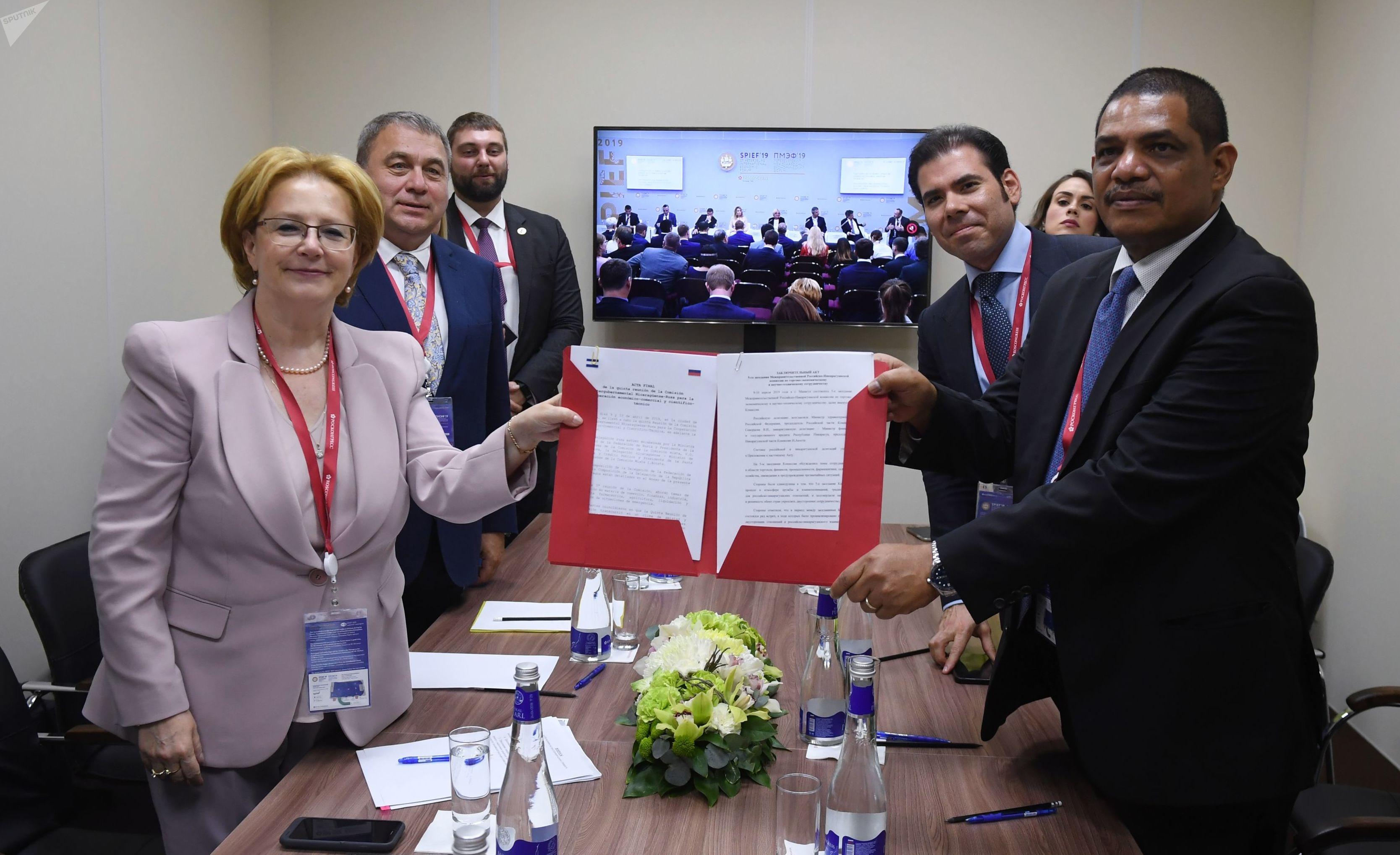 Ministra de Salud de Rusia, Veronika Skvortsova, y el ministro de Hacienda y Crédito Público, Iván Acosta, al sellar el Acta Final