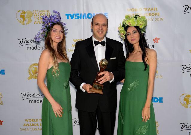 Pedro Siza Vieira, Ministro de Economía y Turismo de Portugal recibe el premio de World Travel Awards