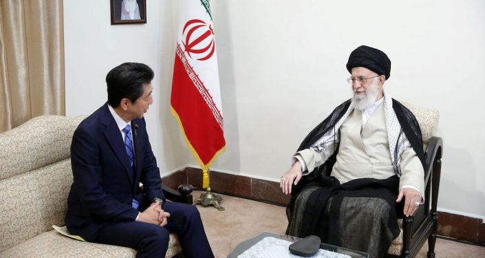 El primer ministro de Japón, Shinzo Abe, en una reunión con el líder supremo de Irán, el ayatolá Alí Jameneí