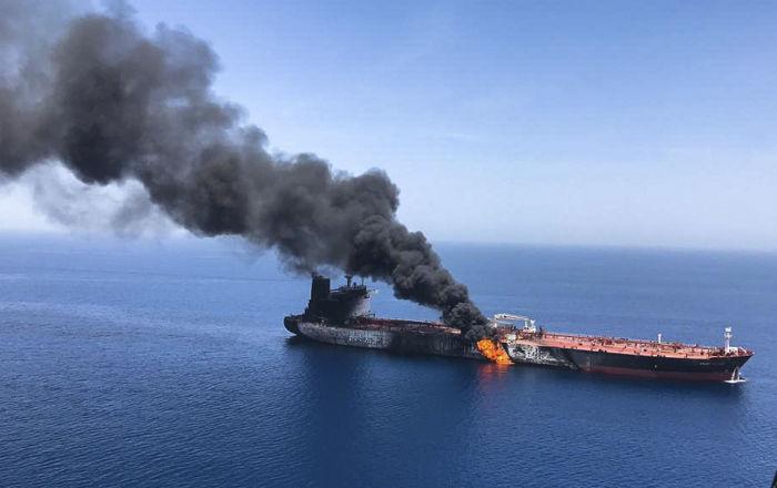 Un vídeo capta el incendio en uno de los petroleros atacados en el golfo de Omán