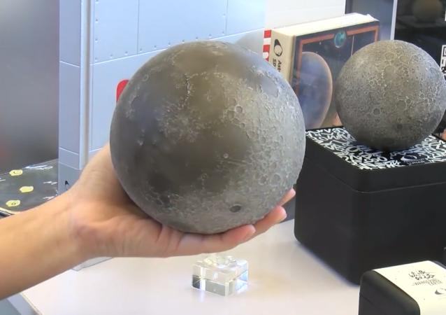 Crean una réplica exacta de la Luna que cabe en tus manos