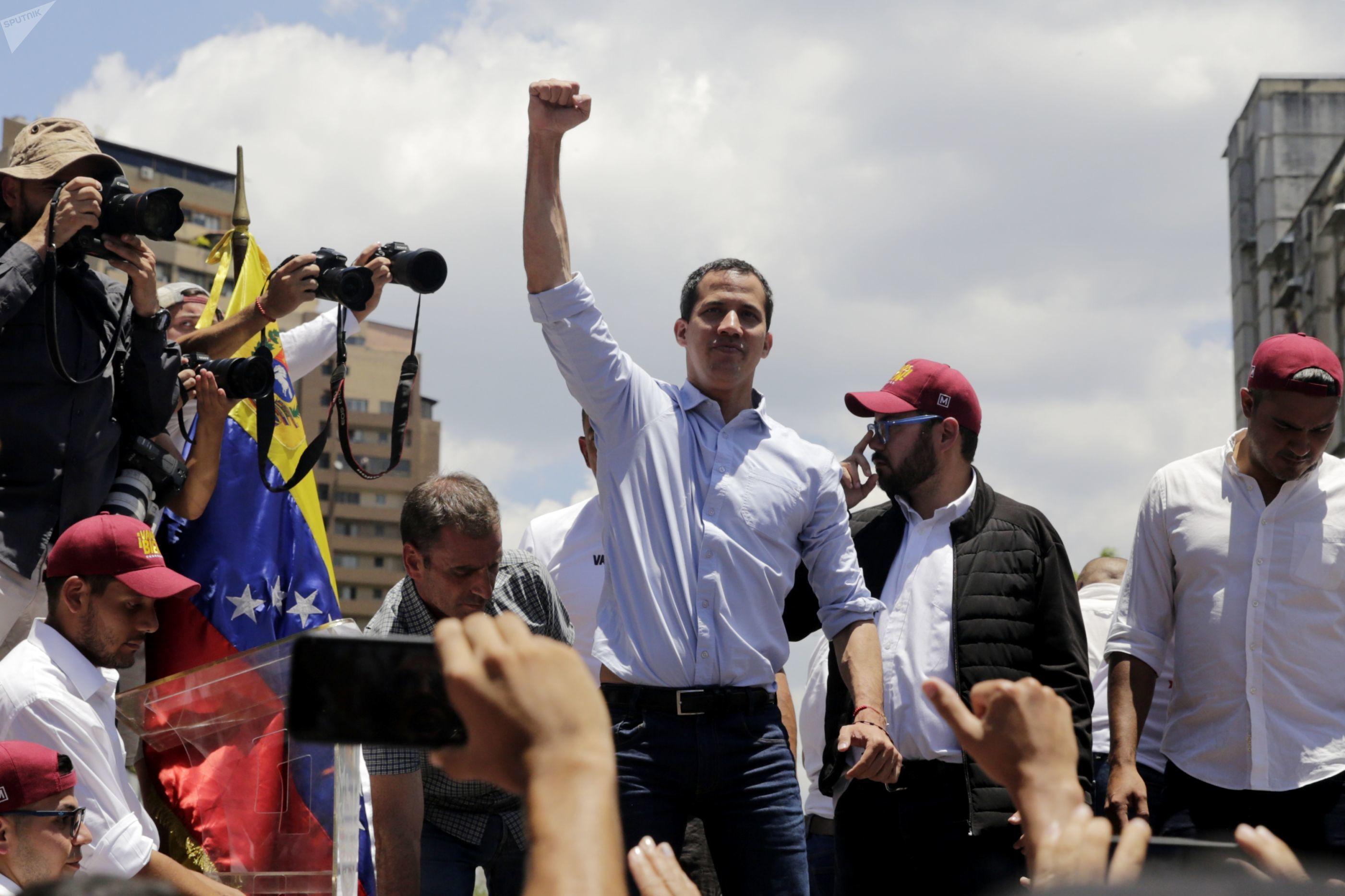 Los medios de comunicación hegemónicos han modificado su narrativa alrededor de Juan Guaidó, líder opositor de Venezuela: pasaron de denominarlo 'presidente interino' a 'autoproclamado presidente' tras ver el fracaso de su estrategia apoyada por EEUU