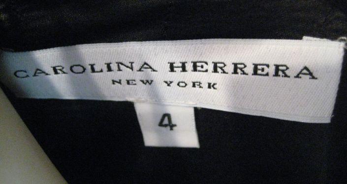 Etiqueta de una prenda de ropa de Carolina Herrera