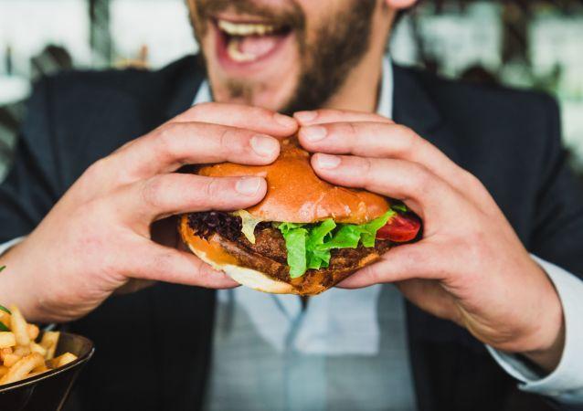 Una persona come comida basura