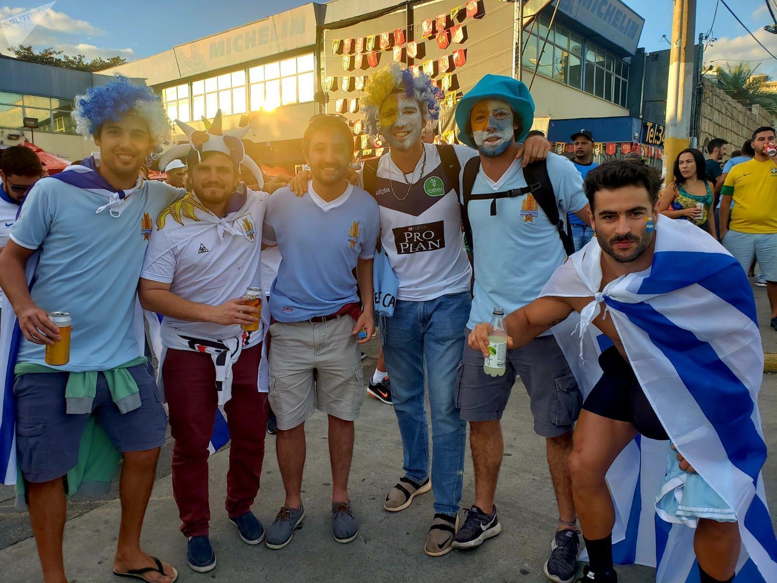 Hinchas de Uruguay en la previa del partido contra Ecuador