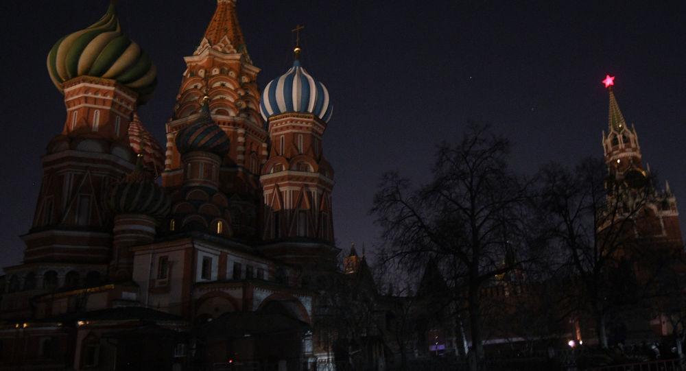 Las luces apagadas en la Catedral de San Basilio en Moscú