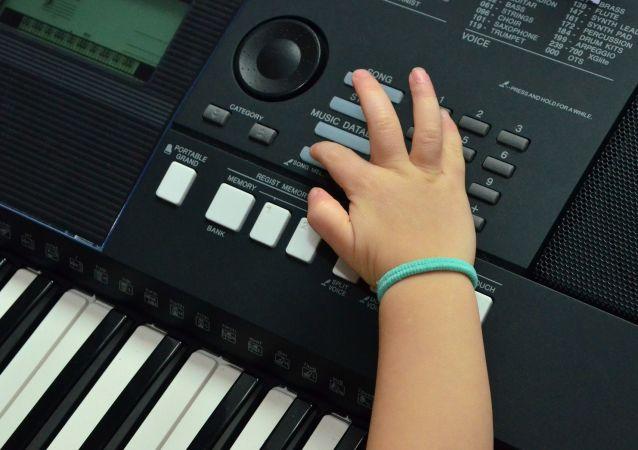 Las manos de una niña (imagen referencial)