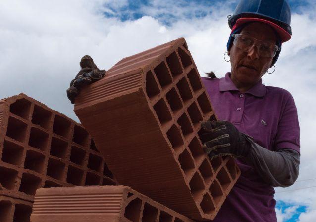 Mujeres venezolanas se incorporan al programa social del Gobierno Gran Misión Vivienda Venezuela para construir sus casas