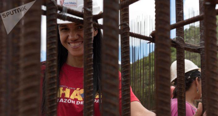 Albañilería, herrería y carpintería, algunas de las funciones que desempeñan las mujeres en la construcción de los edificios que conformarán el complejo urbanístico llamado 'Jorge Rodríguez Padre'