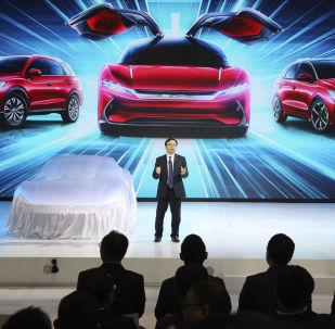 El presidente de BYD Auto, Wang Chuanfu, presenta los últimos modelos de autos eléctricos en Auto Shanghai 2019