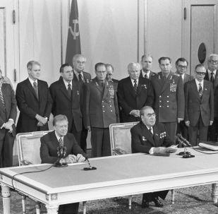El secretario general de la URSS Leonid Brézhnev y el presidente de EEUU Jimmy Carter durante la firma del SALT II